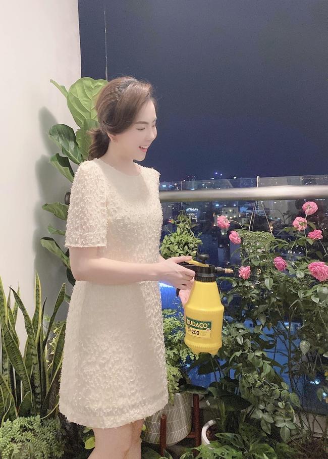 Ban công được Mai Ngọc trồng nhiều hoa và cây xanh. Đây cũng là góc chụp ảnh yêu thích của nữ MC xinh đẹp.