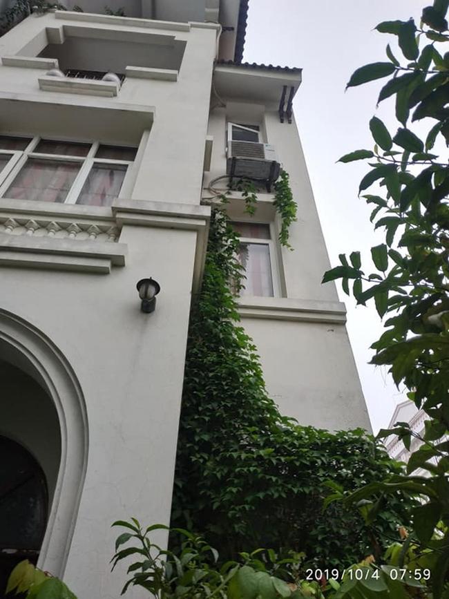 Được biết, hiện tại MC Minh Vũ đang sống trong một căn nhà 4 tầng ở Hà Nội. Dù không chụp toàn cảnh căn nhà song qua đó cũng có thể thấy sự bề thế của ngôi nhà.