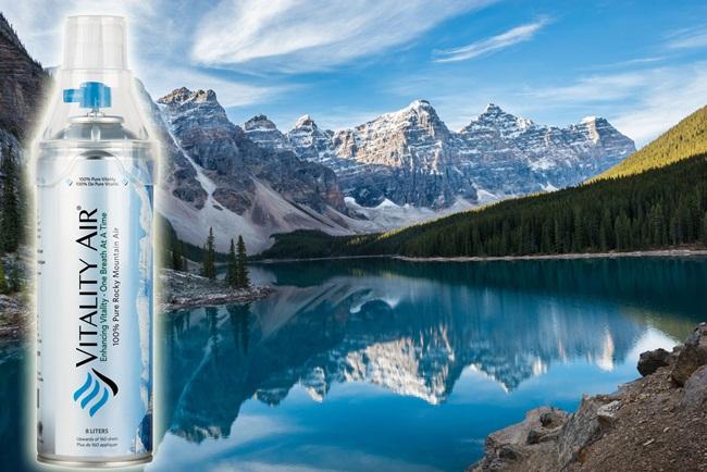 Không khí sạch trong chai được lấy từ dãy núi Rocky, công viên quốc gia Banff, Canada, với giá 15 USD (~348.000 đồng/chai).