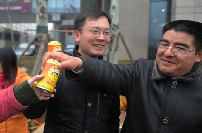 Trước đó, triệu phú Chen Guangbiao, người Trung Quốc đã lấy không khí sạch ở một số vùng tại Trung Quốc bán với giá 5 nhân dân tệ/lon (~16.000 đồng/lon).