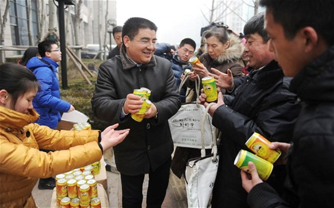 Tháng 9/2012, các lon không khí sạch bắt đầu được ông Chen bán ra. Chỉ trong ngày đầu ra mắt đã thu về 800 USD (~18,6 triệu đồng).