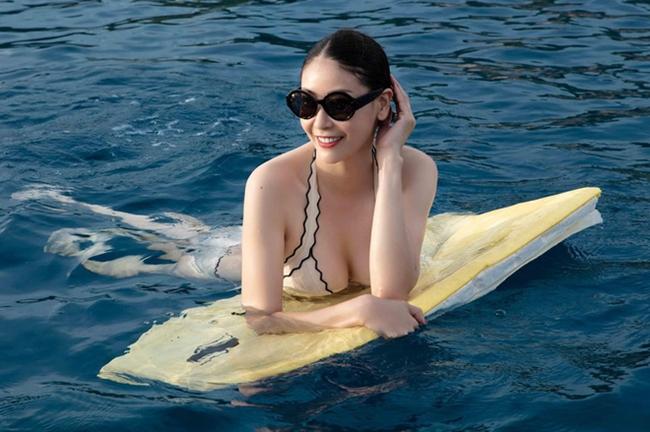 """Thậm chí, nhiều nghệ sĩ trong showbiz còn ưu ái gọi cô là """"Hoa hậu của các Hoa hậu"""" như Mai Phương Thúy, Đàm Vĩnh Hưng, Vũ Ngọc Đãng."""