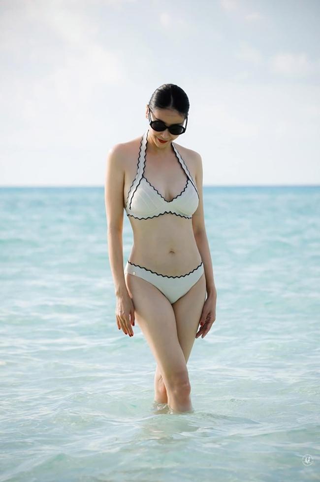 """Hà Kiều Anh là Hoa hậu U50 chăm chỉ diện bikini khoe body nhất showbiz Việt. Mỗi lần đi tắm biển, cô đều khiến fan """"đứng hình"""" bởi vẻ đẹp quá trẻ trung, quyến rũ."""