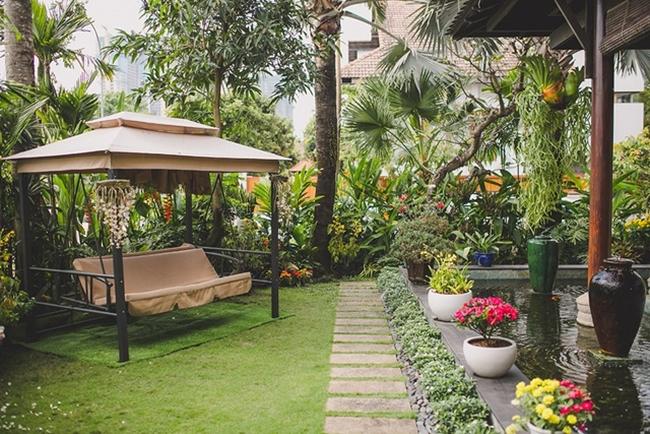 Được biết, gia đình người đẹp mất 3 năm để hoàn thiện công trình này. Ngôi nhà được thiết kế theo kiểu biệt thự nhà vườn mang đậm phong cách cổ điển sang trọng của vùng nhiệt đới.