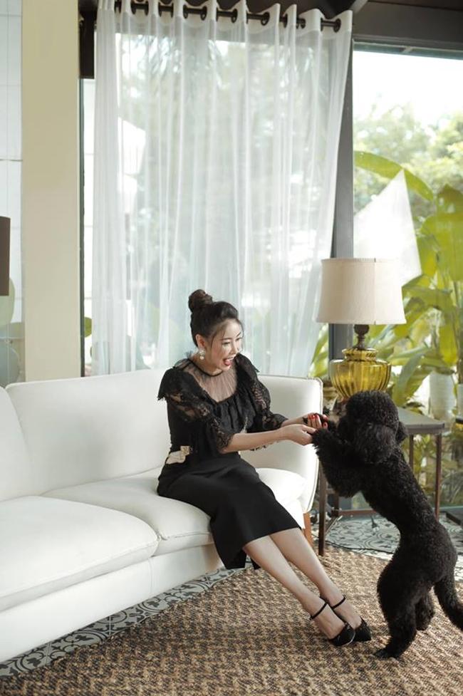 Trên trang cá nhân, Hà Kiều Anh thỉnh thoảng chia sẻ hình ảnh ngồi thư giãn cùng thú cưng trong căn biệt thự hàng trăm tỷ đồng.
