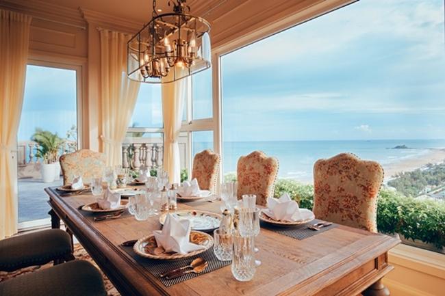 Một góc bàn ăn có hướng nhìn ra biển vô cùng lãng mạn.