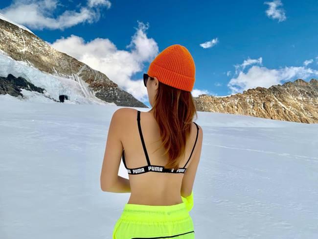 Bất chấp trời lạnh âm độ, cô vẫn cởi áo khoe body nuột nà hậu giảm cân thành công. Không phụ lòng mong đợi, những bức hình hy sinh vì nghệ thuật của Kỳ Duyên nhanh chóng nhận được sức hút lớn từ fan.
