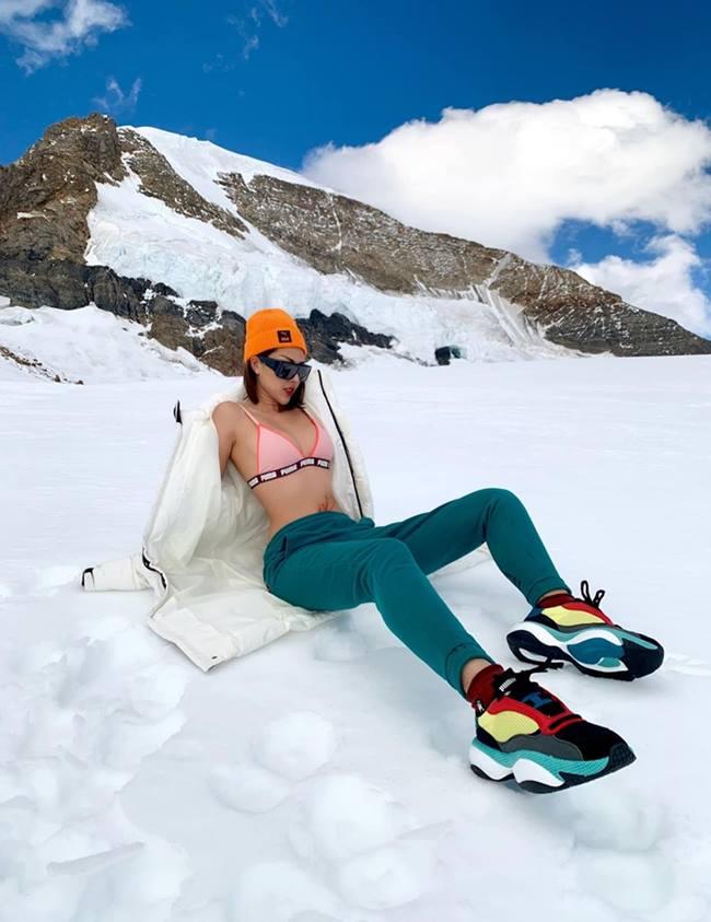 Theo chia sẻ ngắn của Kỳ Duyên, vì tuyết rất lạnh nên những bức hình nằm hay ngồi các người đẹp phải lót áo xuống tuyết trước và thực hiện thật nhanh.