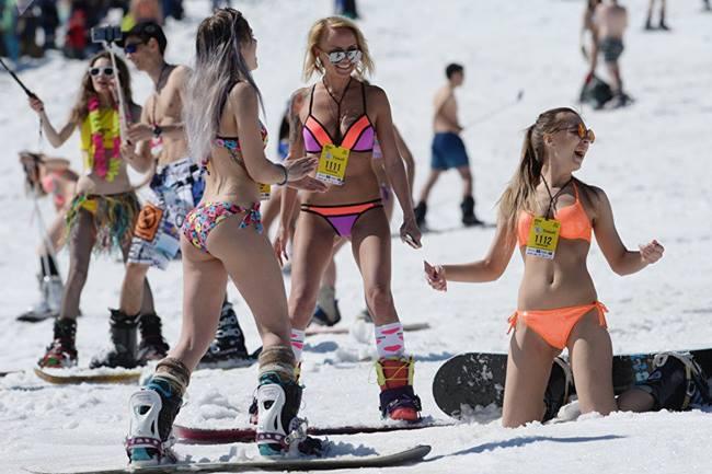 Những bộ bikini rực rỡ của du khách khiến các sườn dốc vốn phủ đầy tuyết trắng thêm sinh động.Ước tính khoảng 10.000 người đã tới tham gia và thưởng thức các sự kiện trượt tuyết và âm nhạc.