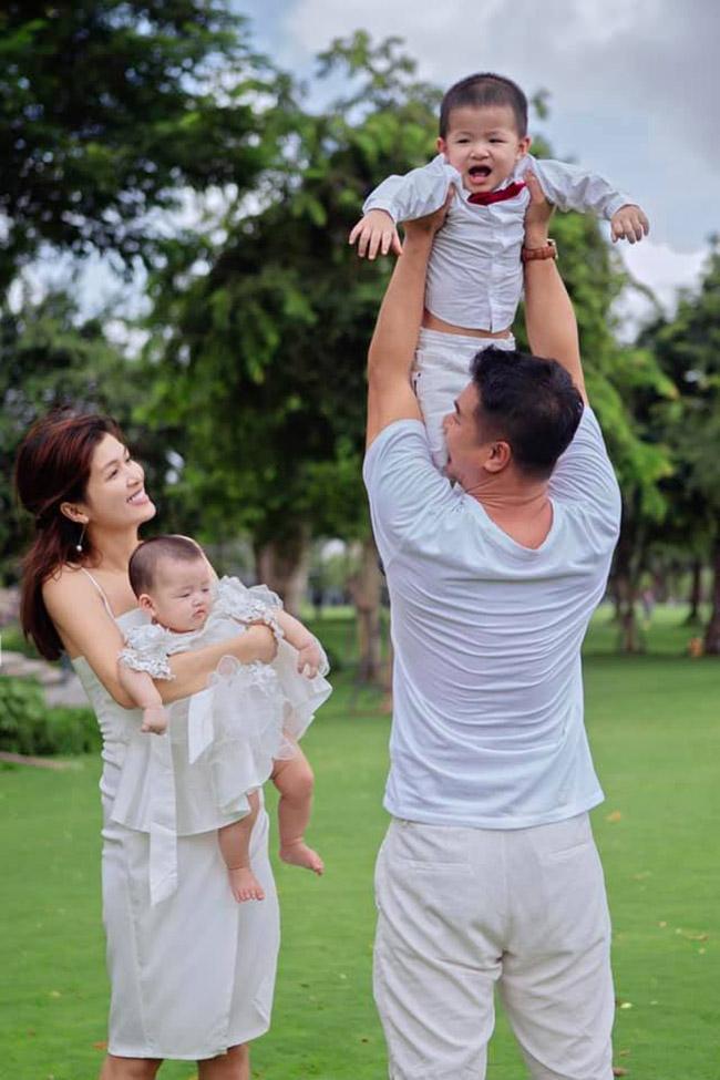 Sau cú sốc hôn nhân đầu, Oanh Yến công khai bạn trai mớiđã gắn bó với cô 4 năm. Cả hai có chung 3 người con và một bé đang nằm trong bụng mẹ.