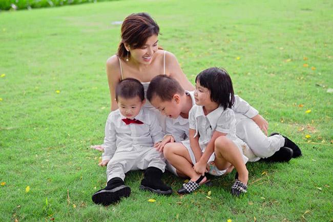 Người đẹp từng trải qua cuộc tình thất bại nên phải làm mẹ đơn thân nuôi 2 con nhỏ.