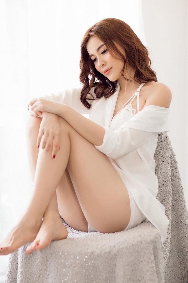 Tạo hình trong phim của nhân vật do Cao Thái Hà đảm nhận có trang phục kín đáo với áo bà ba dài tay, quần lụa, thế nhưng ít ai biết ngoài đời, nữ diễn viên sinh năm 1990 khiến nhiều người bỏng mắt bởi những bộ trang phục gợi cảm.