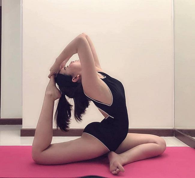 Để giữ được vóc dáng chuẩn, Cao Thái Hà thường xuyên luyện tập yoga.
