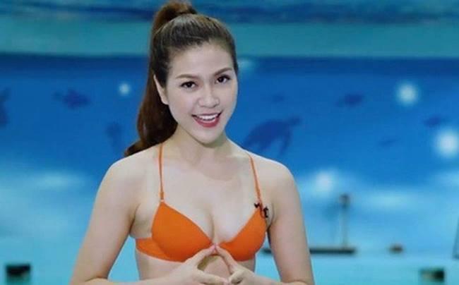 Dù nổi lên như cồn vì mặc bikini dẫn chương trình nhưng không thể phủ nhận nhan sắc xinh đẹp, tươi tắn của người đẹp sinh năm 1992 từng thi hoa khôi.
