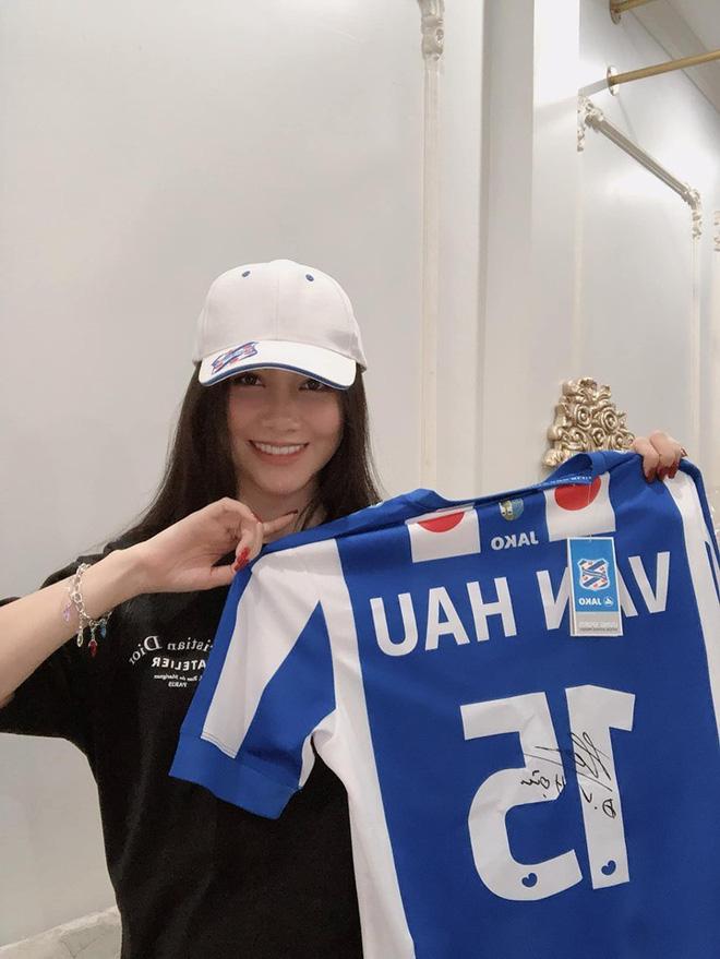 MC xinh đẹp của VTV làm điều bất ngờ với chiếc áo đấu của cầu thủ Văn Hậu - 1