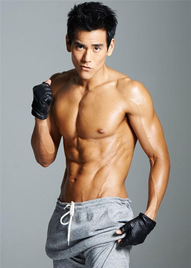 """Sinh năm 1982, Bành Vu Yến hiện là một trong những ngôi sao Hoa ngữ hiếm hoi mà """"tài đi liền với sắc"""". Anh chàng sở hữu chiều cao 1m82, thân hình cân đối và vẻ ngoài điển trai."""