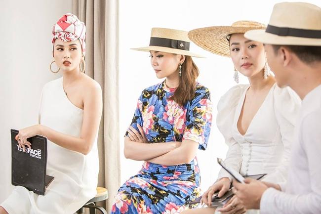 Năm ngoái, cô khẳng định được vai trò và vị thế của mình trong làng mẫu khi ngồi ghế huấn luyện viên The Face 2018 cùng Thanh Hằng và Minh Hằng.