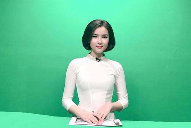 """Nhiều người nhận ra, cô gái đi cùng """"Dũng gôn"""" chính là MC, biên tập viênPhạm Khánh Linh."""