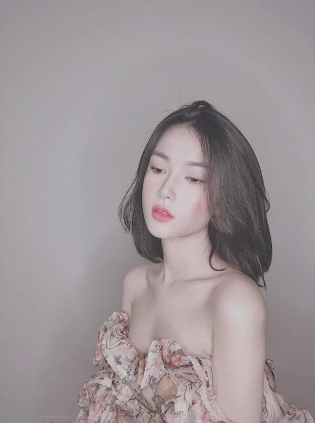 Không mặc quá hở nhưng Khánh Linh luôn toát lên vẻ gợi cảm quyến rũ.
