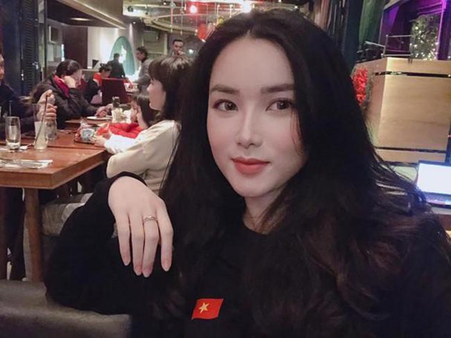 Khánh Linh chuộng sắc đen trắng.