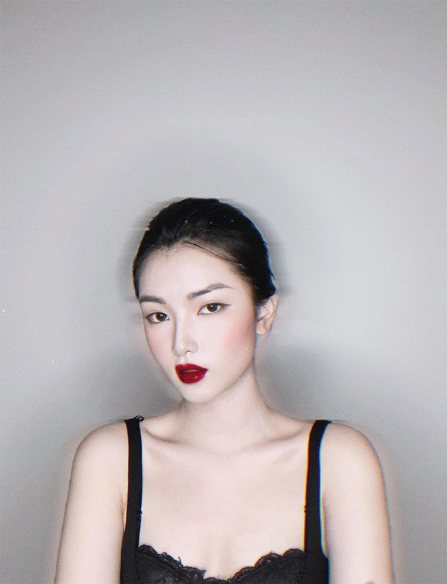 Cô thể hiện gu thời trang đa dạng trong nhiều mẫu thiết kế, trang điểm.