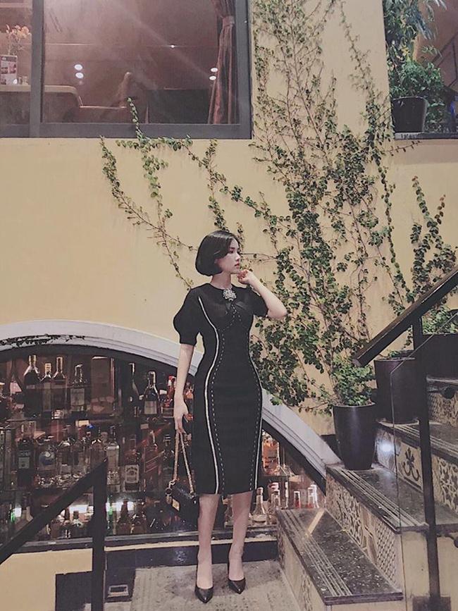 Với làn da trắng, Khánh Linh luôn dễ dàng diện đồ tối màu.