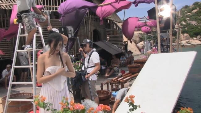"""Để chuẩn bị cho cảnh quay, Tăng Thanh Hà đã tự tay xách hai thùng nước đầy đổ vào bồn tắm. Nàng """"ngọc nữ"""" còn thu hút sự chú ý khi cởi chiếc yếm đang mặc và dùng tay giữ ở lưng chừng ngực."""