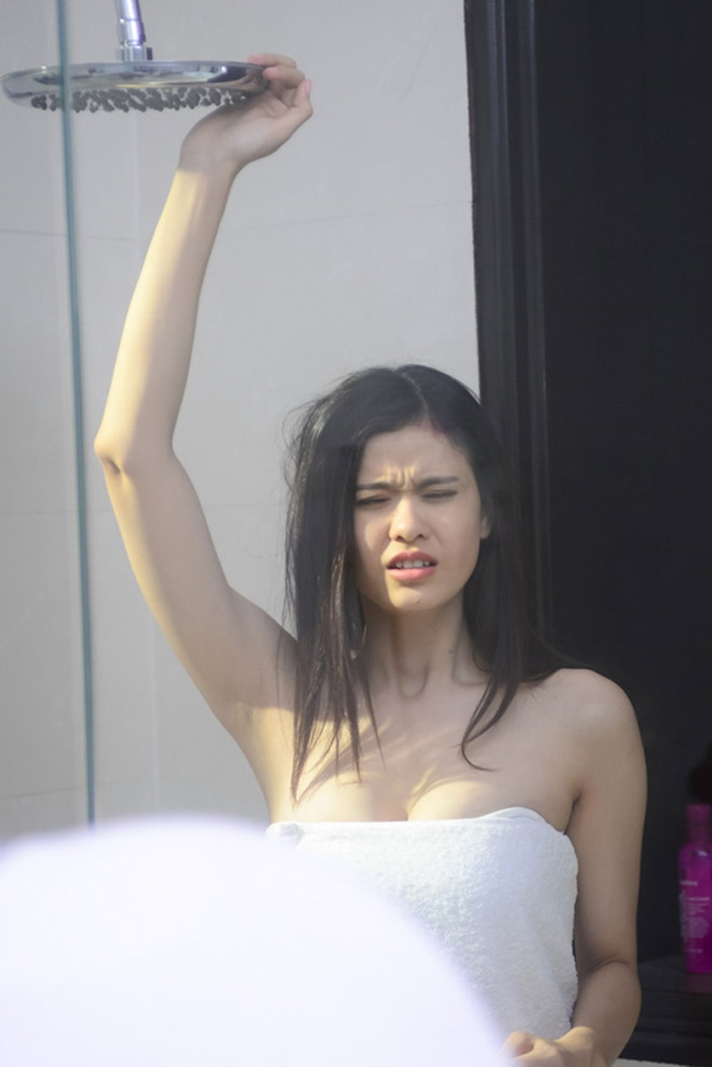 """Trương Quỳnh Anh cũng có cảnh quấn khăn tắm để đời trên màn ảnh khi tham gia bộ phim truyền hình """"Đêm giao thừa ấm áp"""" năm 2014."""