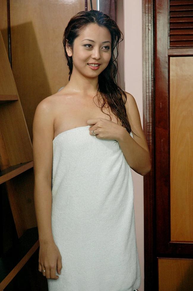 """Hoa hậu Jennifer Phạm và cảnh tắm để đời trong phim """"Những chiếc lá thời gian"""". Đây cũng là bộ phim se duyên cho cô và chồng cũ là ca sĩ Quang Dũng."""