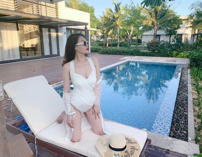 Người đẹp sinh năm 1991 được nhận xét ngày càng đẹp, nóng bỏng hơn sau khi lấy chồng. Loạt ảnh diện bikini gần đây của vợ Thành Trung nhận được cơn mưa lời khen của người hâm mộ.
