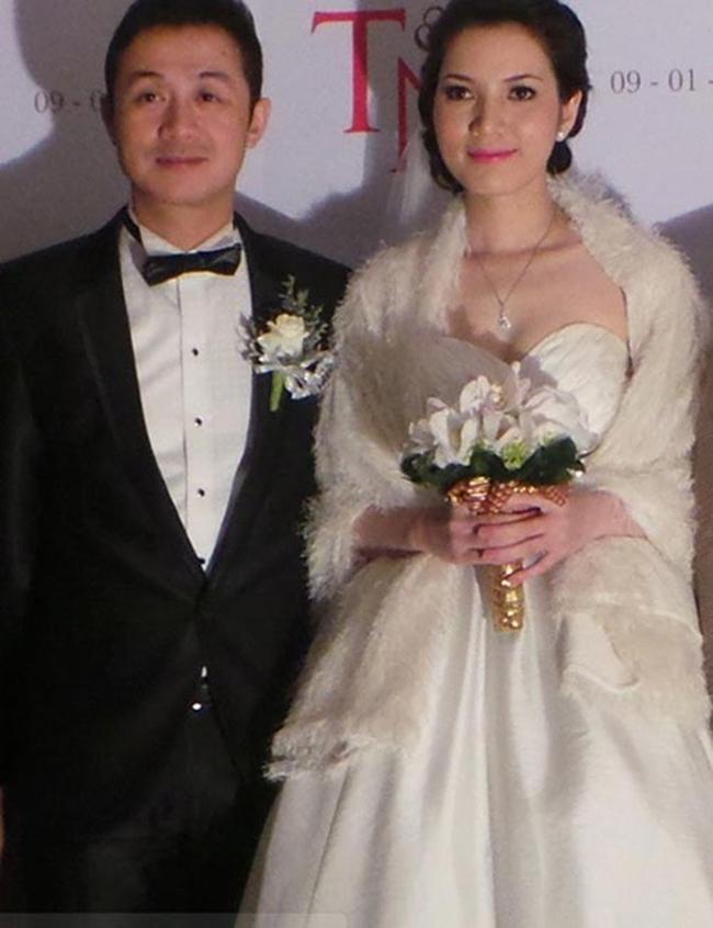 """MC Anh Tuấn là người dẫn chương trình quen thuộc với khán giả đặc biệt là gameshow """"Trò chơi âm nhạc"""". Hiện tại, Anh Tuấn ít xuất hiện trên truyền hình mà lui về hậu trường đảm nhận vai trò sản xuất. năm 2013, Anh Tuấn tổ chức đám cưới lần 2 với vợ trẻ tên Lý Hồng Nhung. Trước đó, anh từng có một cuộc hôn nhân lỡ dở với người vợ ngoại quốc và có với nhau 2 cậu con trai."""