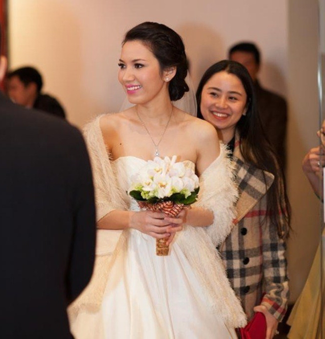 Bà xã Anh Tuấn lên Hồng Nhung, sinh năm 1988, kém anh 14 tuổi. Dù tuổi tác chênh nhau khá lớn song cả hai được nhận xét rất đẹp đôi do trông MC trẻ trung hơn nhiều so với tuổi thật.