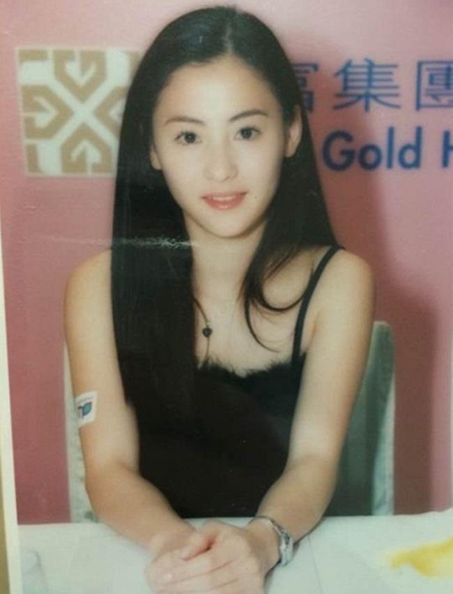 Năm ấy, Trương Bá Chi đảm nhận vai chính trong Vua hài kịch khi mới 17 tuổi. Đôi mắt to tròn, gương mặt thanh tú, ngây thơ của cô đã khiến không biết bao nhiêu khán giả mê đắm.Từ thành công của Vua hài kịch, Trương Bá Chi một bước thành ngôi sao và trở thành cái tên được ưu ái trong làng giải trí Hoa ngữ.