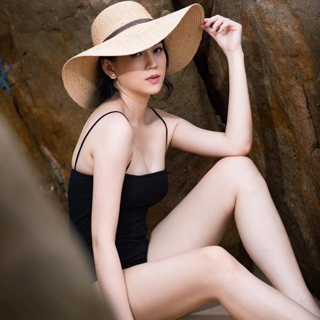 Sau khi sinh con trai thứ hai vào cuối tháng 3.2019, mới đây, Ngọc Thạch và ông xã dành thời gian đi du lịch cùng gia đình ở Đà Nẵng. Loạt ảnh bikini gợi cảm của bà mẹ hai con được cư dân mạng tấm tắc khen ngợi.