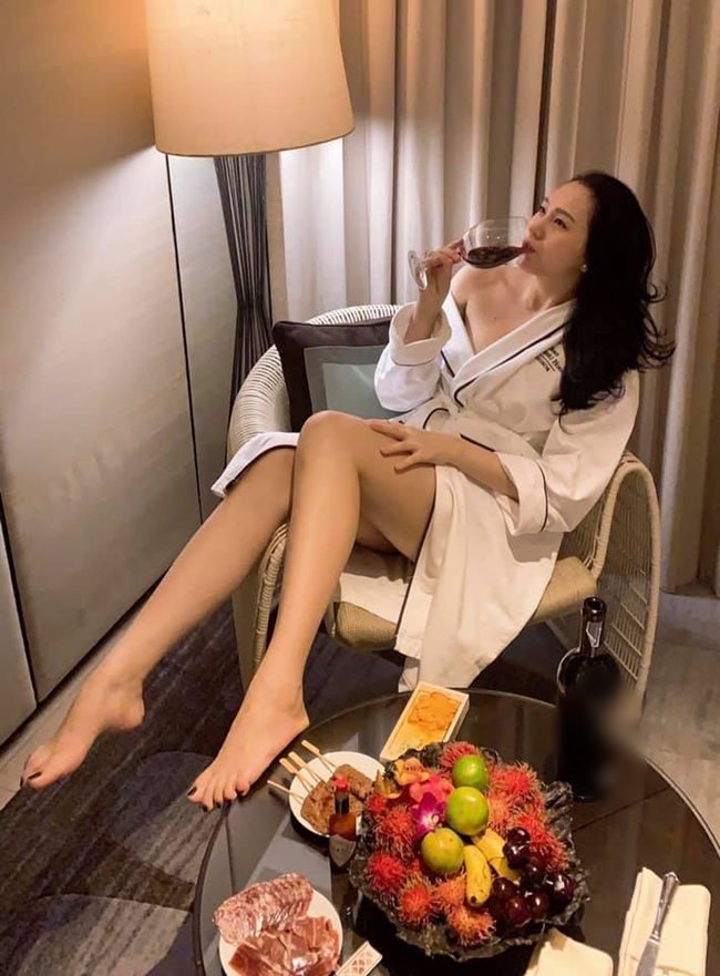 Ngọc Thạch sở hữu nhiều món đồ hiệu đắt giá từ trang phục, túi xách, giày dép... tuy nhiên, cô không phô trương sự giàu có trên mạng xã hội.