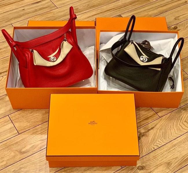 Chân dài Ngọc Thạch từng chia sẻ hai chiếc túi xách thương hiệu Hermes có giá hơn 170 triệu đồng với hai màu sắc khác nhau.