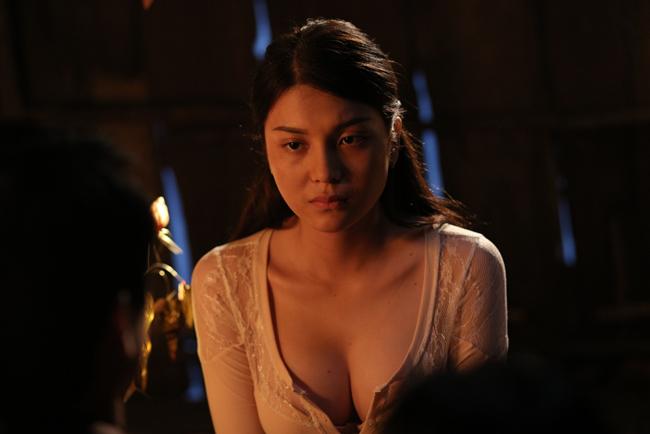 Trong phim, Lily Chen vào vai phụ, là một cô gái bị thầy lang Huỳnh dùng chiêu hãm hại, lạm dụng.