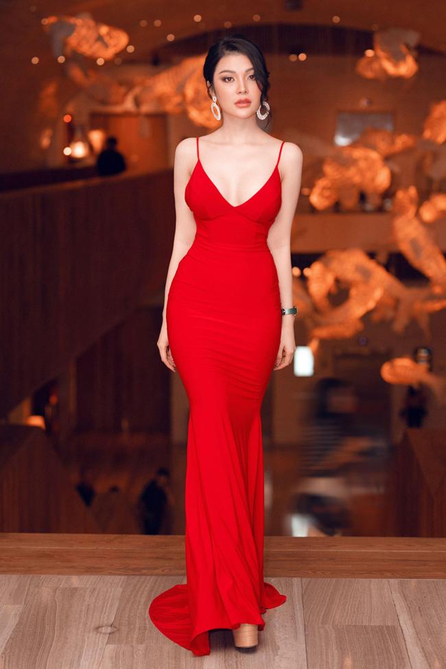Với vai diễn đầu tay, Lily Chen đã nhập vai 100%. Ngoài đời, cô sở hữu thân hình gợi cảm quyến rũ.