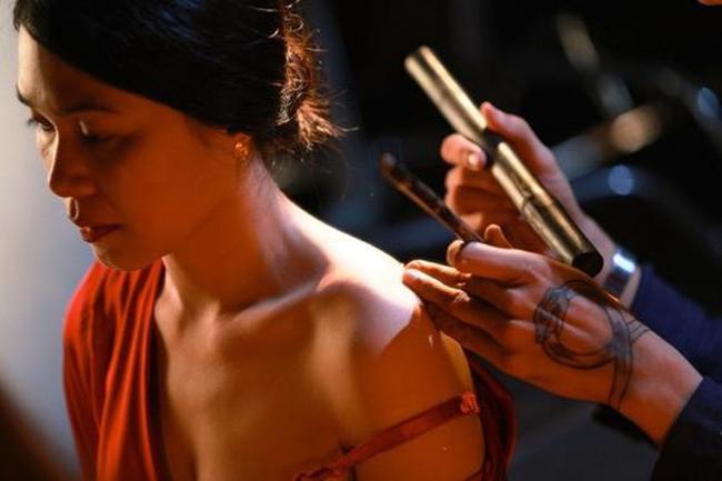 Có những cảnh gợi cảm khi lộ ngực, làm hình xăm trong vai người tình của thầy lang Huỳnh trong phim, Đinh Y Nhung cho thấy khả năng diễn xuất xuất sắc.
