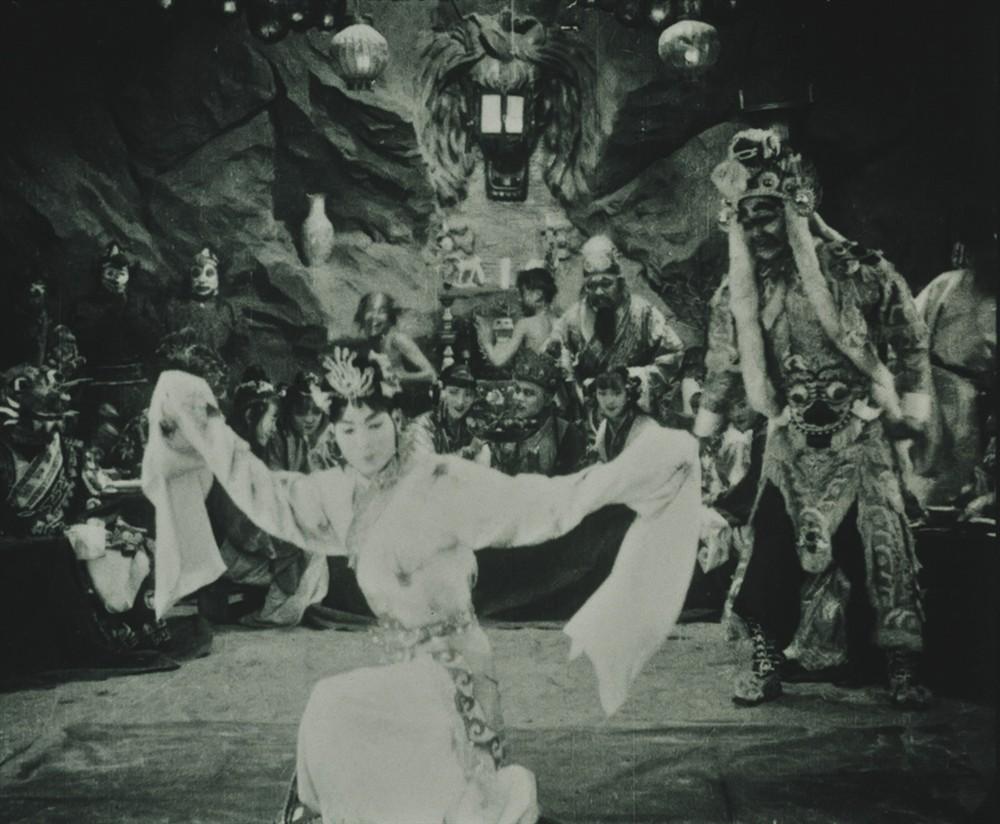 Bất ngờ với Tây Du Ký từ năm 1927: Trang phục hở hang, hoá trang như phim kinh dị - 1