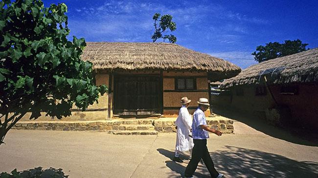 Làng Andong Hahoe: Ngôi làng dân gian mang tính biểu tượng nhất của Hàn Quốc ở tỉnh Bắc Gyeongsang là nơi sinh của các học giả và quý tộc của gia đình Ryu.