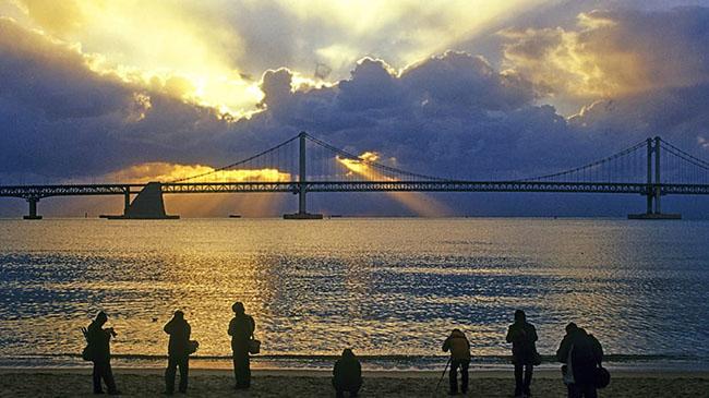 Gwangalli: Gwangalli là một trong những bãi biển mang tính biểu tượng của Busan. Cầu Gwangan, cây cầu treo dài nhất của Hàn Quốc, là một trong những hình ảnh nổi bật của Busan.