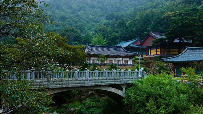 Samhwasa: Đền Samhwasa ở tỉnh Gangwon có phong cảnh tuyệt vời. Đỉnh phía tây của núi Dutasan, nơi ngôi đền tọa lạc, trông giống như một con phượng hoàng và một con sếu, trong khi đỉnh phía đông có hình dạng của một con hổ và một con rồng.