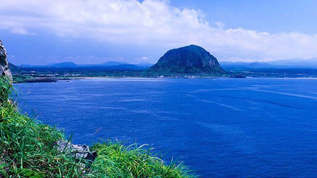 Songaksan: Được biết đến với 99 đỉnh núi, ngọn núi lửa Jeju này có một miệng núi lửa có đường kính 500 mét. Phải mất một giờ để đi bộ đến đỉnh cao nhất, cao 104 m so với mực nước biển.