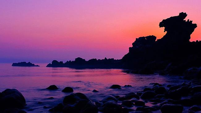 """Yongduam: Yongduam, có nghĩa là """"đá đầu rồng"""", là địa điểm không thể bỏ qua đối với khách du lịch đến đảo Jeju."""