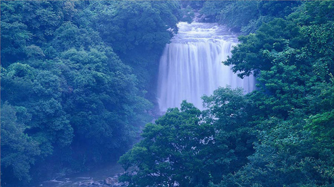 """Thác Cheonjiyeon: Thác nước tuyệt đẹp nằm trên đảo Jeju. Tên của nó có nghĩa là """"ao của các vị thần"""", từ một truyền thuyết về 7 nàng tiên từ trên trời xuống trái đất để tắm trong ao."""