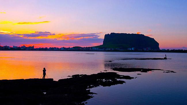 """Seongsan Ilchungbong: """"đỉnh mặt trời mọc"""" nổi tiếng nhất của Hàn Quốc là một miệng núi lửa 5.000 năm tuổi ở Jeju-si. Một di sản thế giới của UNESCO với những khung cảnh ấn tượng mỗi sáng."""