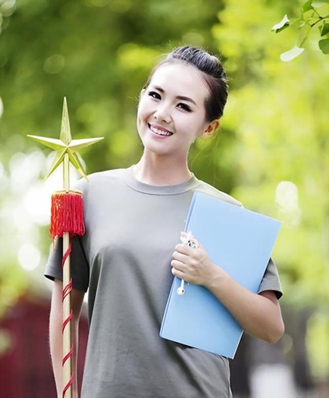 Mới đây, trong lễ duyệt binh kỷ niệm ngày Quốc khánh Trung Hoa, hình ảnh của cô nhạc trưởng Gao Yuanđược khen gợi vì nhan sắc kiều diễm trong bộ quân phục.