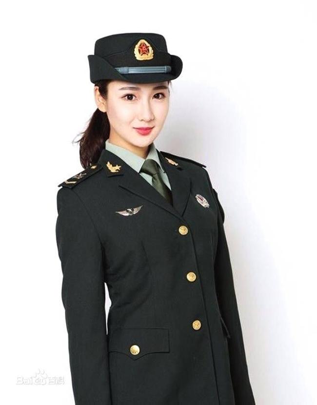 Không chỉ riêng nữ quân nhân Nga, nữ quân nhân Trung Quốc cũng khiến người khác say sưa ngắm nhìn trong trang phục quân đội.