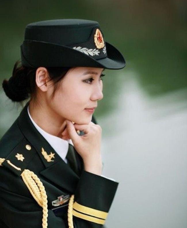 Ngoài ra, bộ quân phục còn có mũ đi kèm, trên mũ gắn phù hiệu riêng để nhận biết.